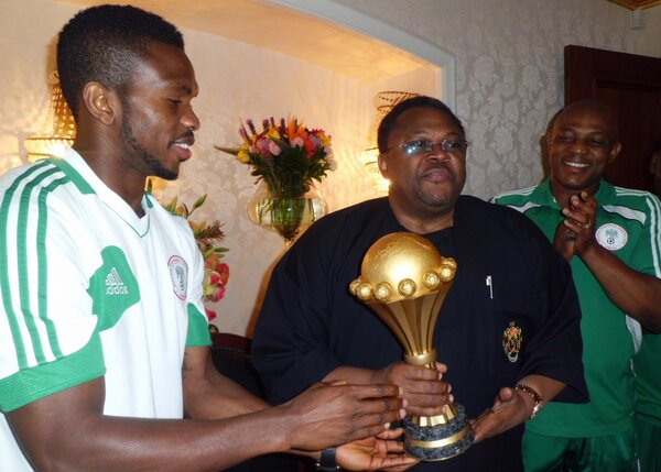 PHOTOS: Nigerians welcome Super Eagles, as Keshi leads team to meet with Mike Adenuga